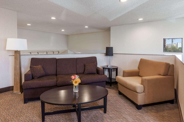 Lobby - Baymont Inn & Suites Historic Route 66 Barstow