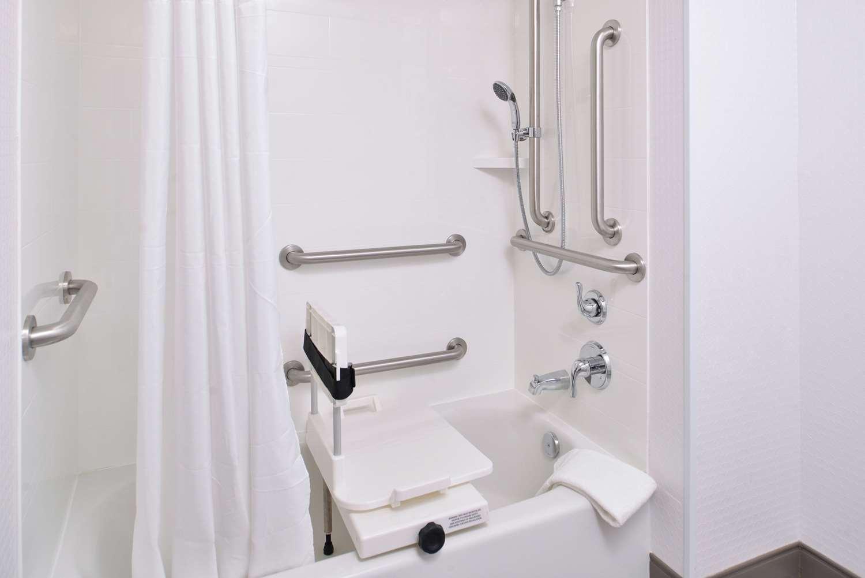Room - Hampton Inn & Suites Oakdale