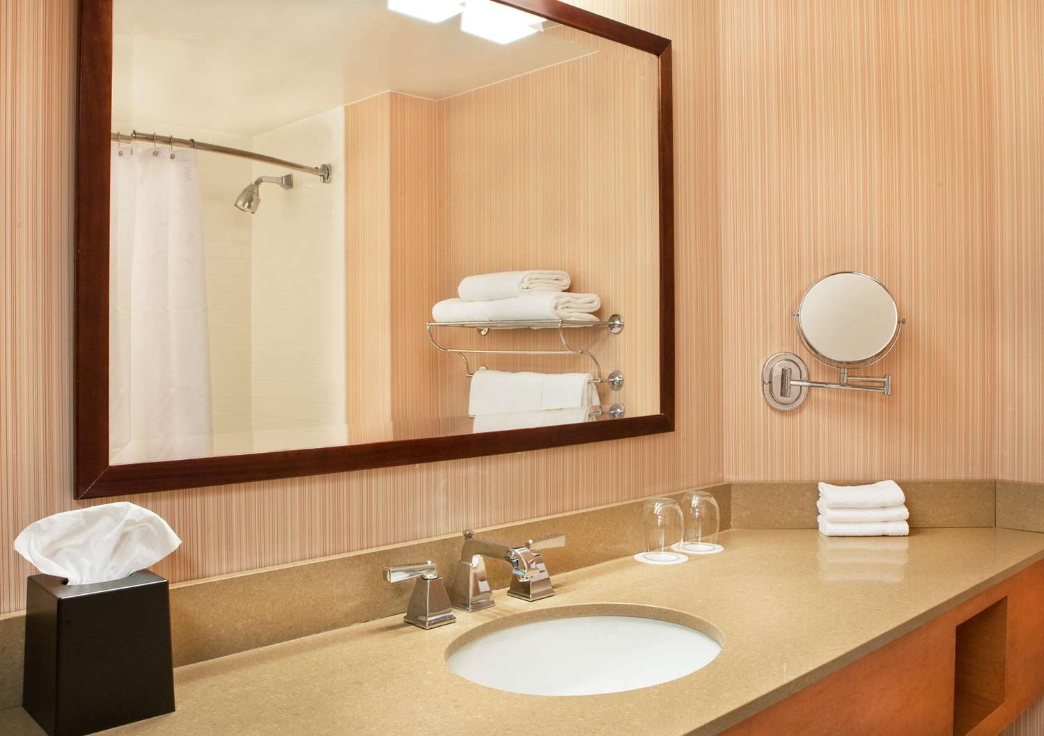 Room - DoubleTree by Hilton Hotel Burlington