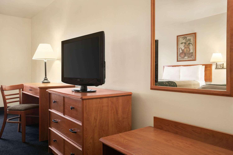 Room - Baymont Inn & Suites Buffalo Airport Cheektowaga