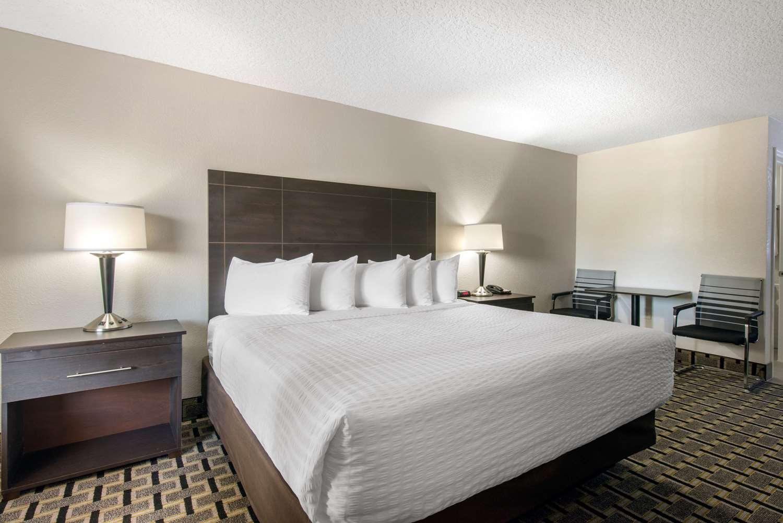 Room - Clarion Inn & Suites Maingate East Kissimmee