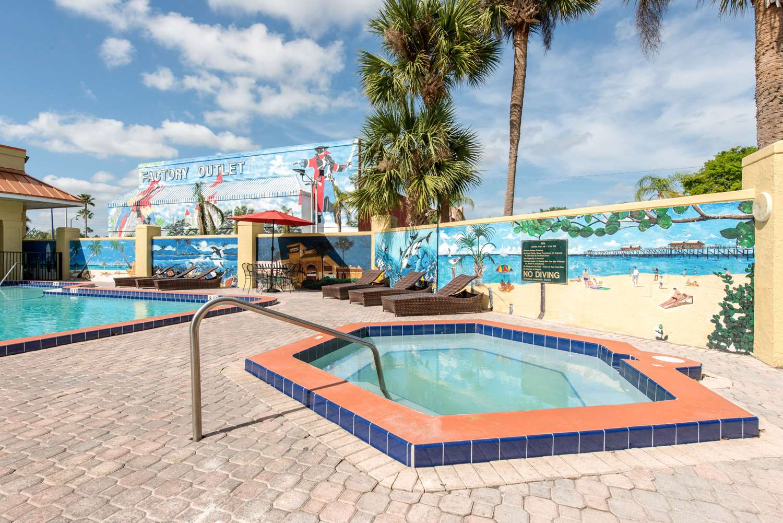 Pool - Clarion Inn & Suites Maingate East Kissimmee