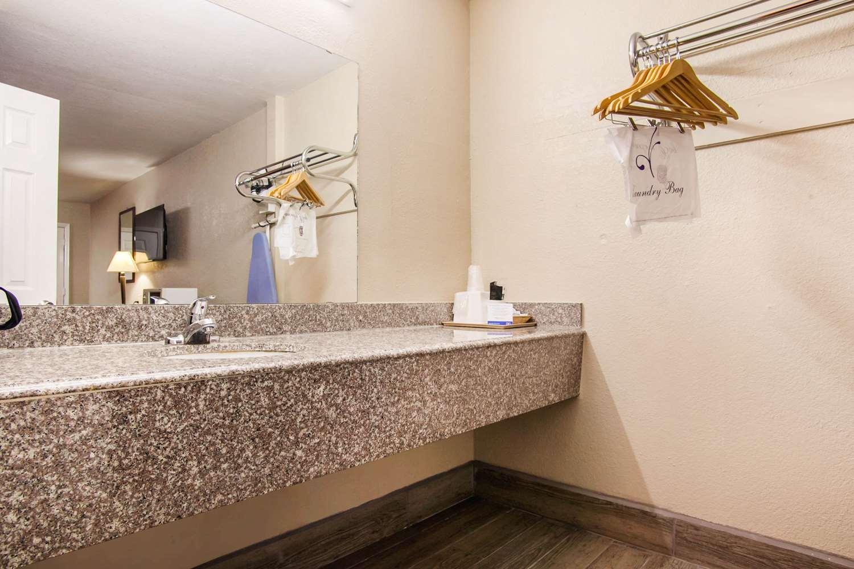 Room - Rodeway Inn Pauls Valley