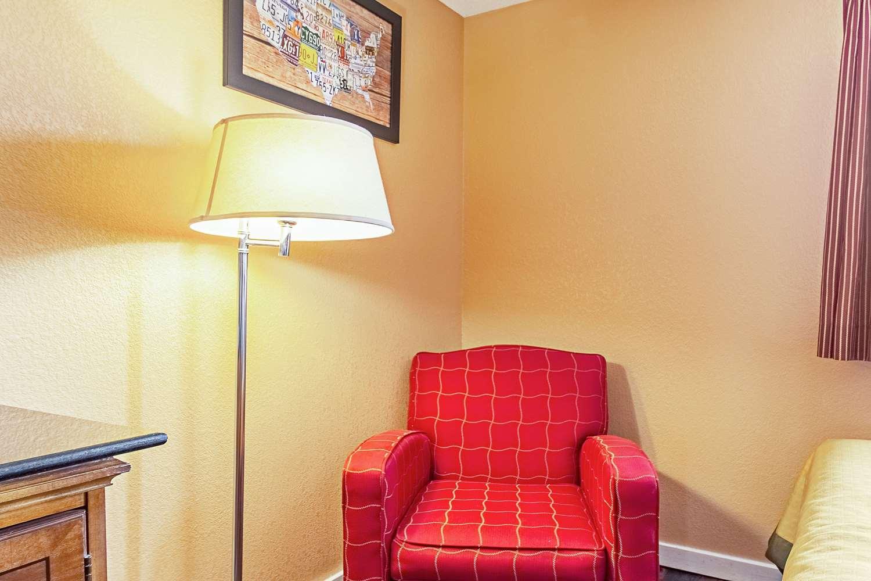 Room - Econo Lodge Utica