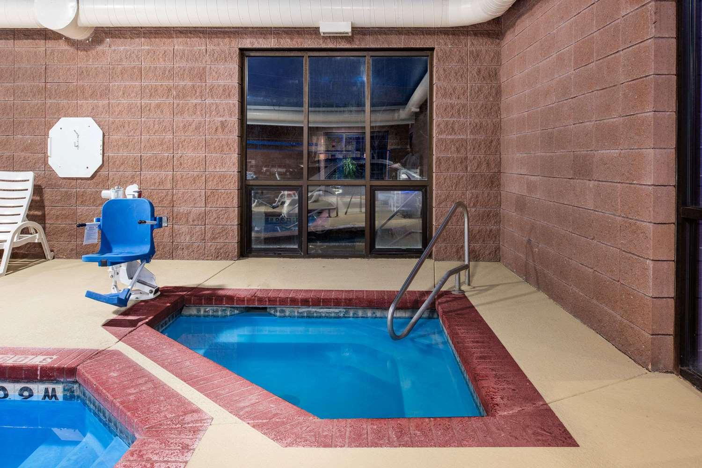 Pool - Days Inn Carthage