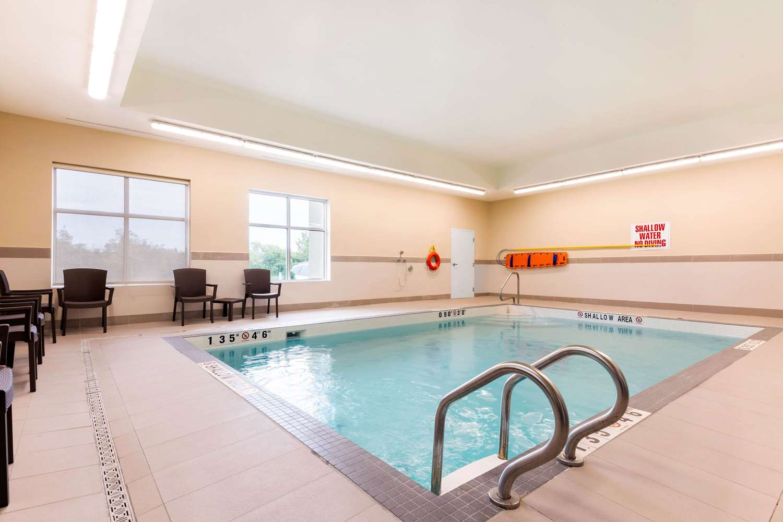 Pool - Comfort Inn & Suites Bowmanville