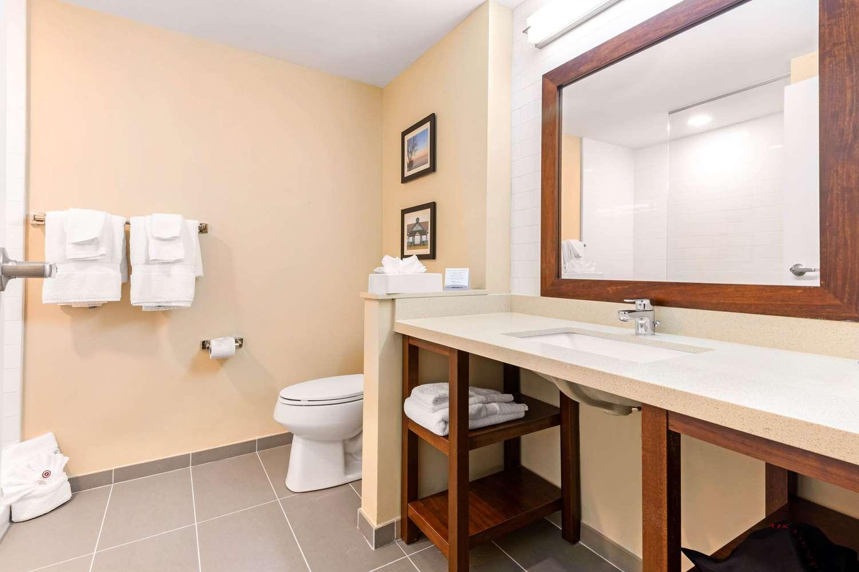 Suite - Comfort Inn & Suites Bowmanville