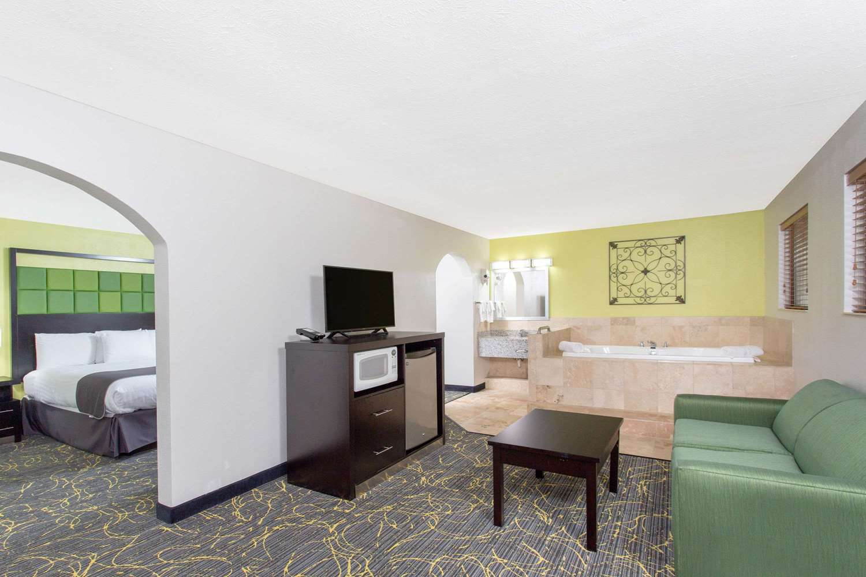 Americinn Hotel Amp Suites Delafield Wi See Discounts