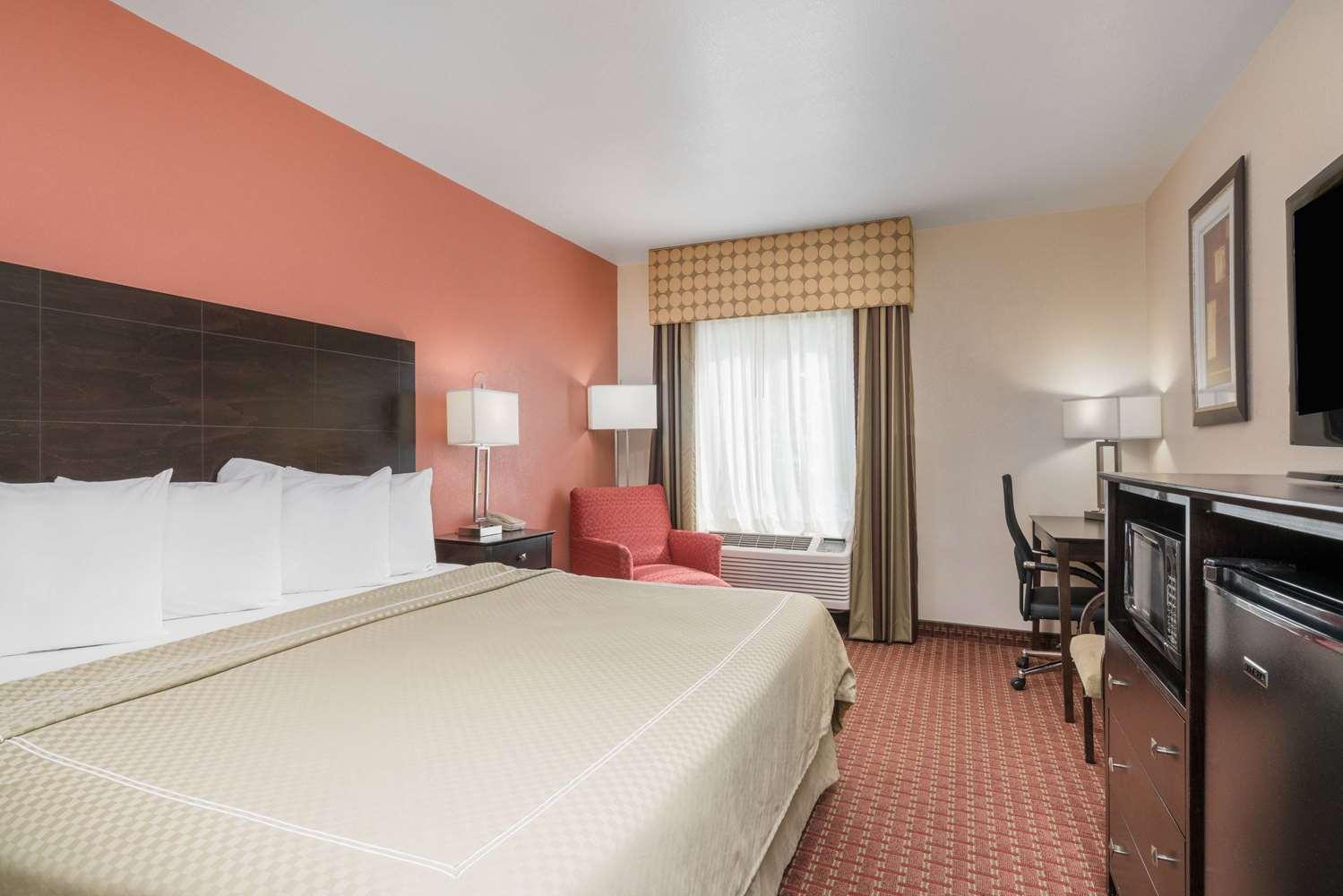 Room - AmericInn Hotel & Suites Johnston