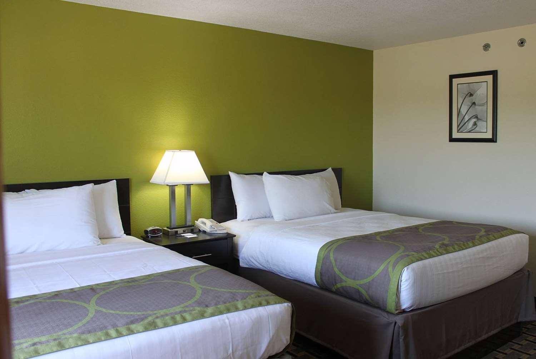 Room - AmericInn West Burlington