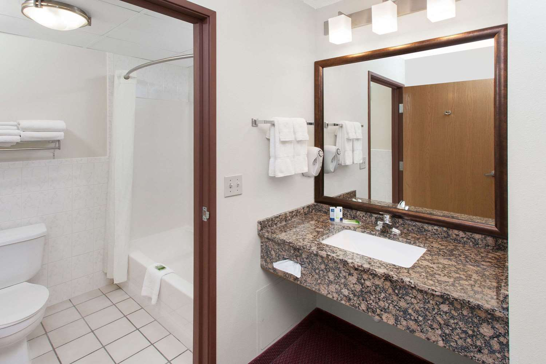 Room - AmericInn Hotel & Suites Iowa Falls