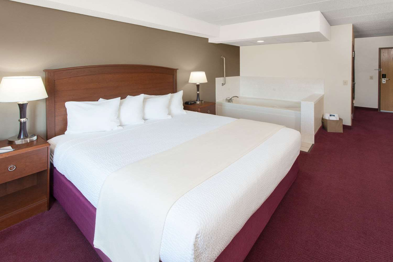 Suite - AmericInn Hotel & Suites Iowa Falls