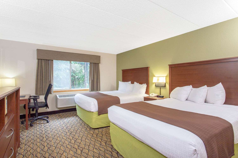 Room - AmericInn Hotel & Suites Sheboygan