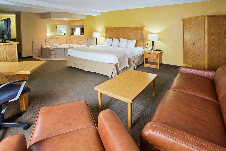 Suite - AmericInn Lodge & Suites Aberdeen