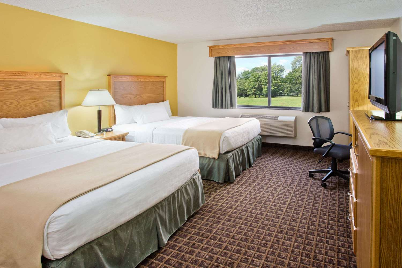 Room - AmericInn Lodge & Suites Aberdeen