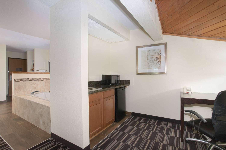 Suite - AmericInn Hotel & Suites Mt Pleasant