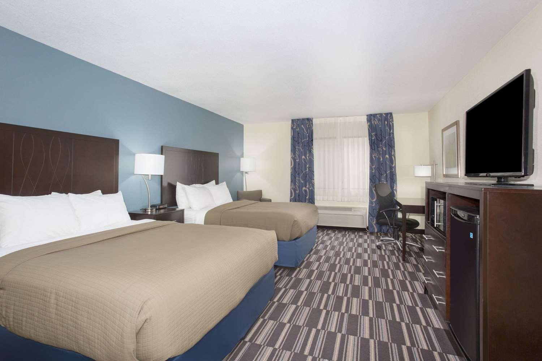 Room - AmericInn Hotel & Suites Mt Pleasant