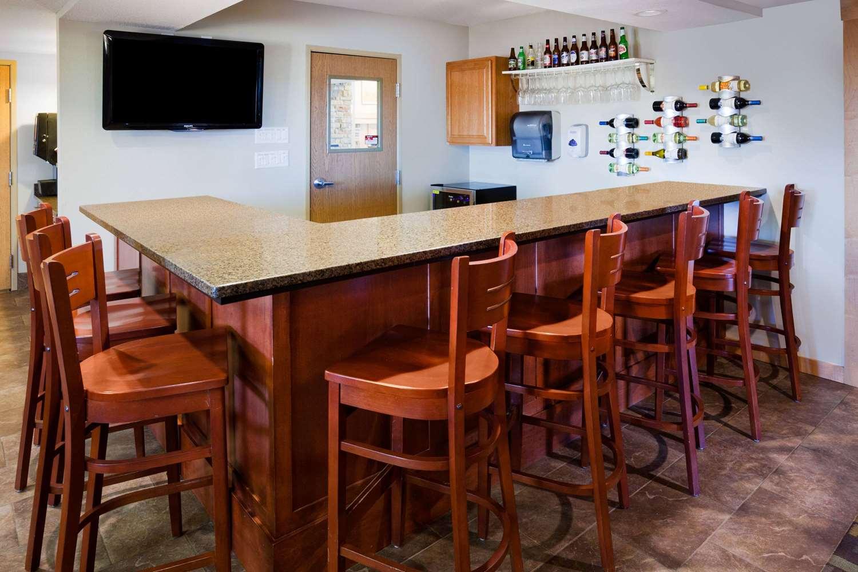 Bar - AmericInn Hotel & Suites Osage