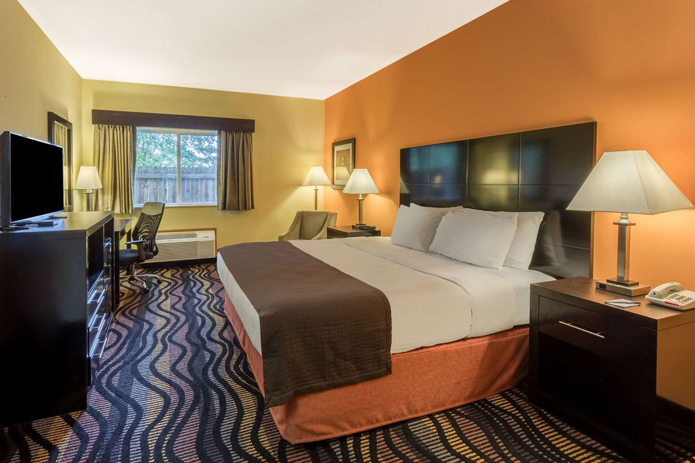 Room - AmericInn Hotel & Suites Streator