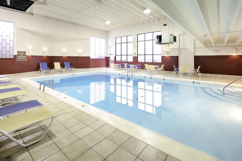 Pool - Clarion Inn & Suites Chambersburg