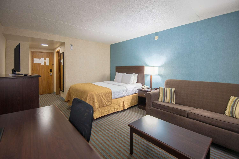 Room - Ramada Inn Cedar Rapids