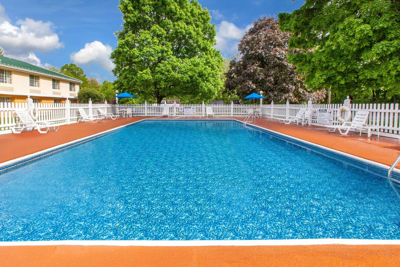 Pool - Baymont Inn & Suites Harrisburg