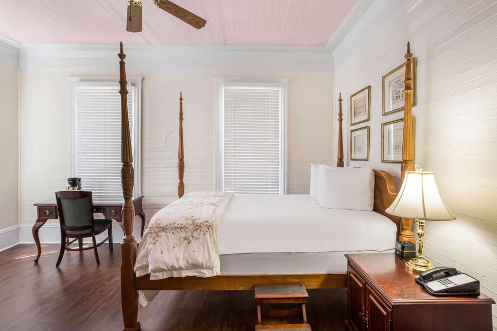 Guest room with one queen bed