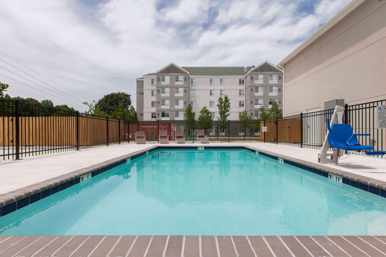 Pool - Days Inn Airport Baton Rouge