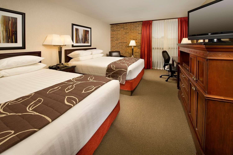 Room - Drury Inn Merriam