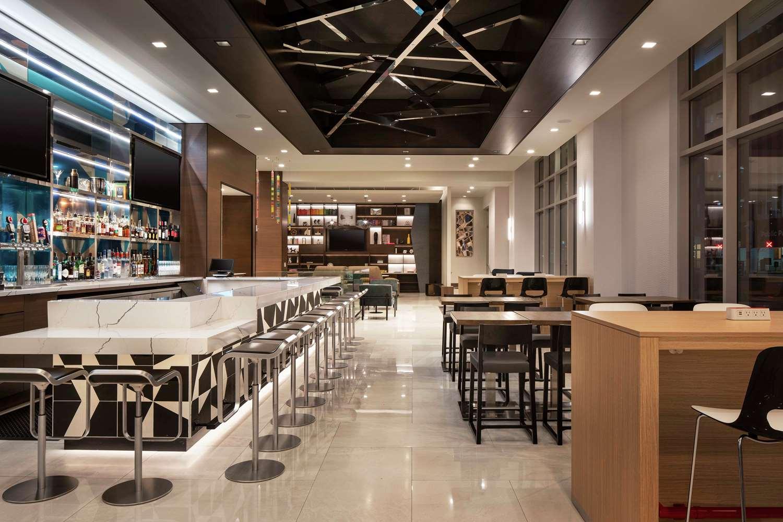 Lobby - Tru by Hilton Hotel & Convention Center Downtown Denver