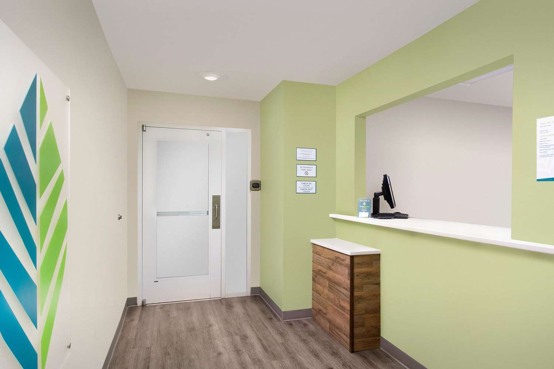 Lobby - WoodSpring Suites Madison