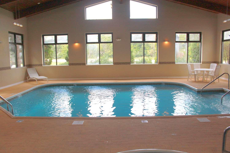 Pool - Lexington Inn & Suites Elgin
