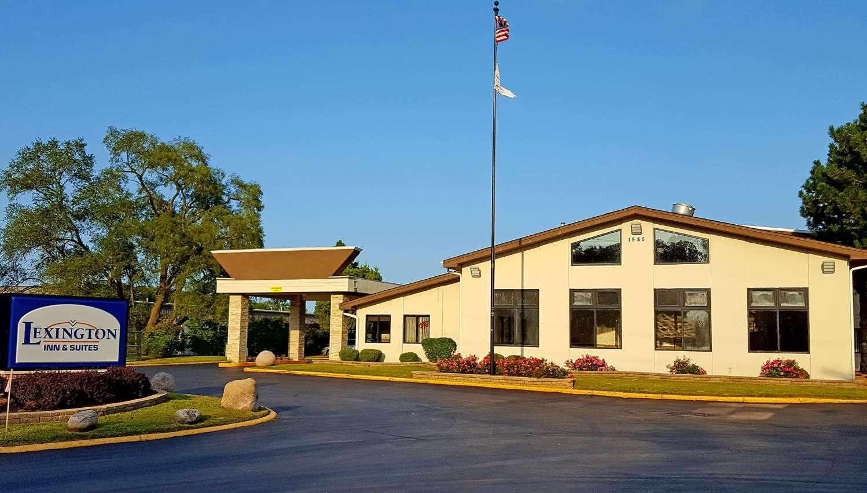 Exterior view - Lexington Inn & Suites Elgin