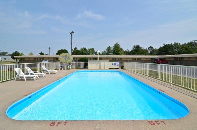 Pool - Americas Best Value Inn Iola