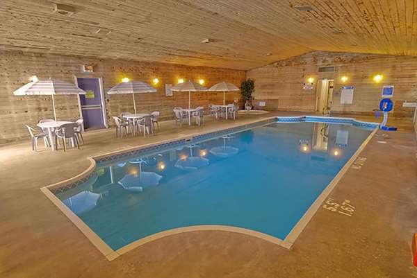 Pool Americas Best Value Inn Marquette