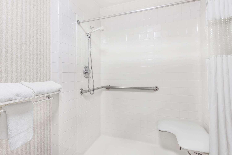 Room - Ramada Hotel Macon