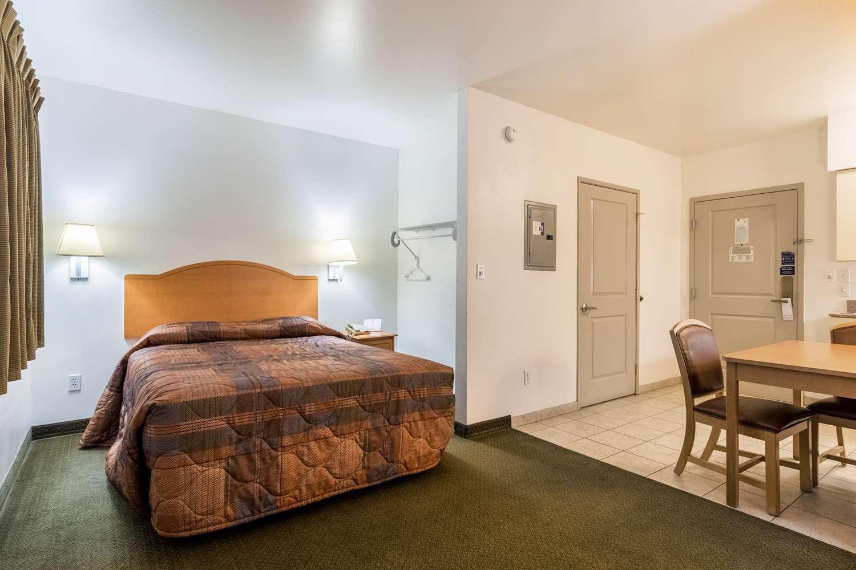 Room - Studio 6 Extended Stay Hotel Bakersfield