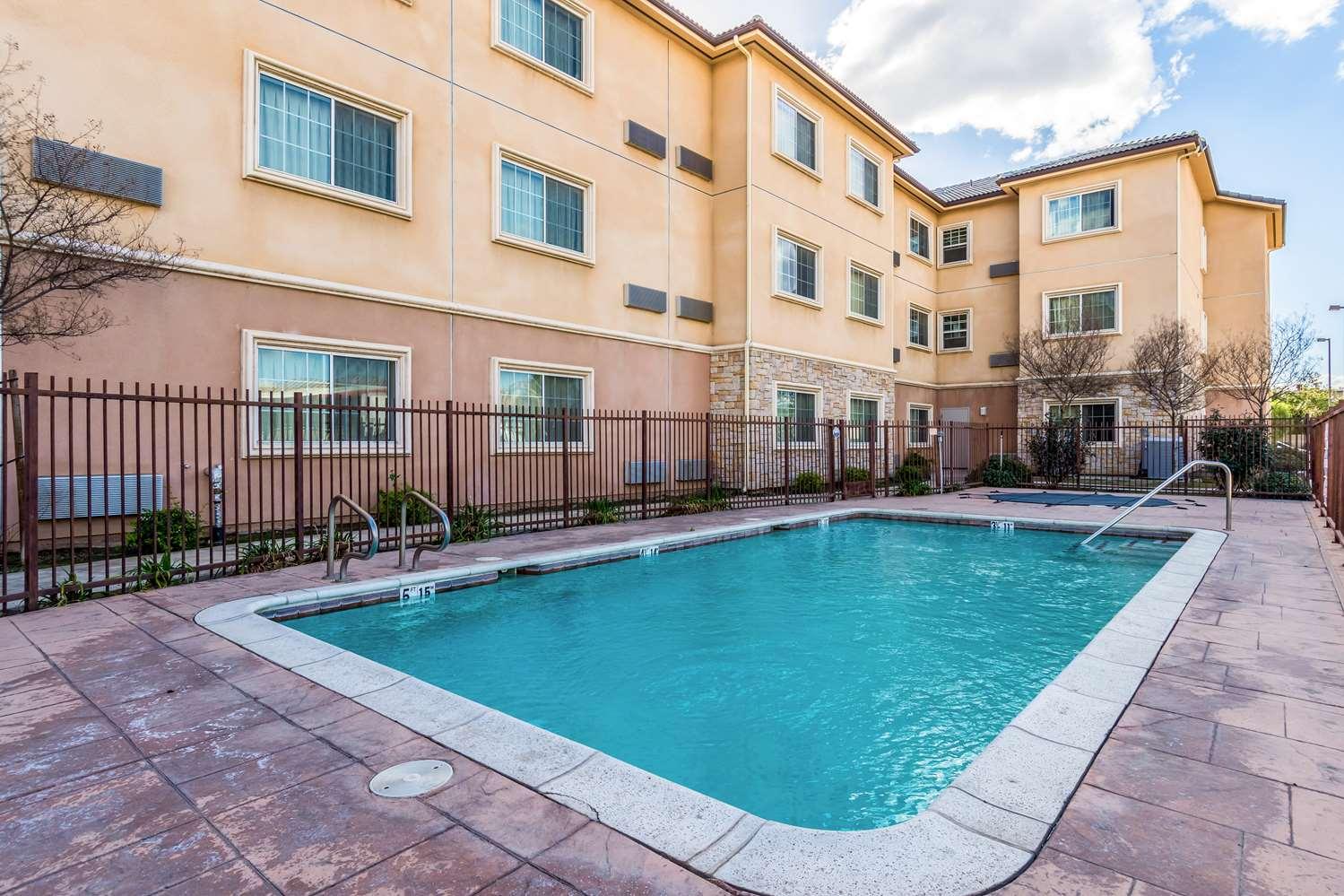 Pool - Studio 6 Extended Stay Hotel Bakersfield
