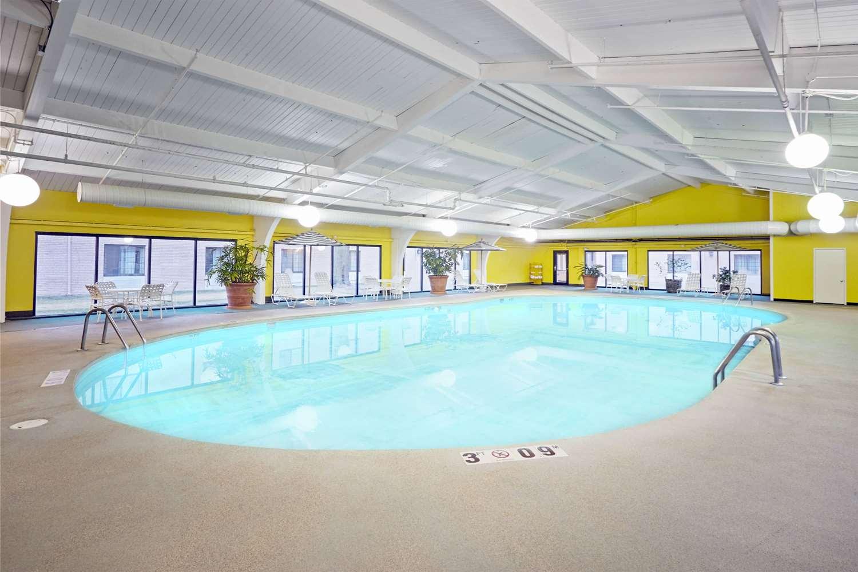 Pool - Howard Johnson Plaza Hotel Madison
