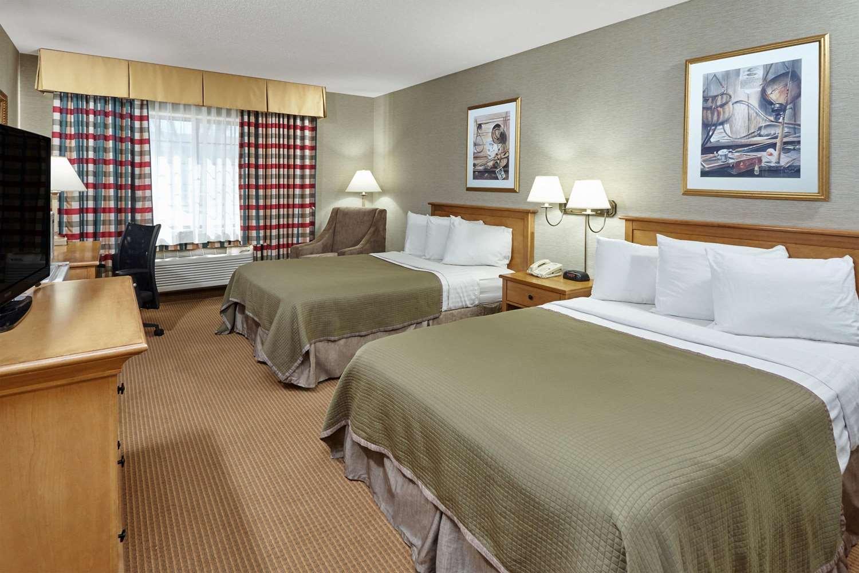 Room - Howard Johnson Plaza Hotel Madison