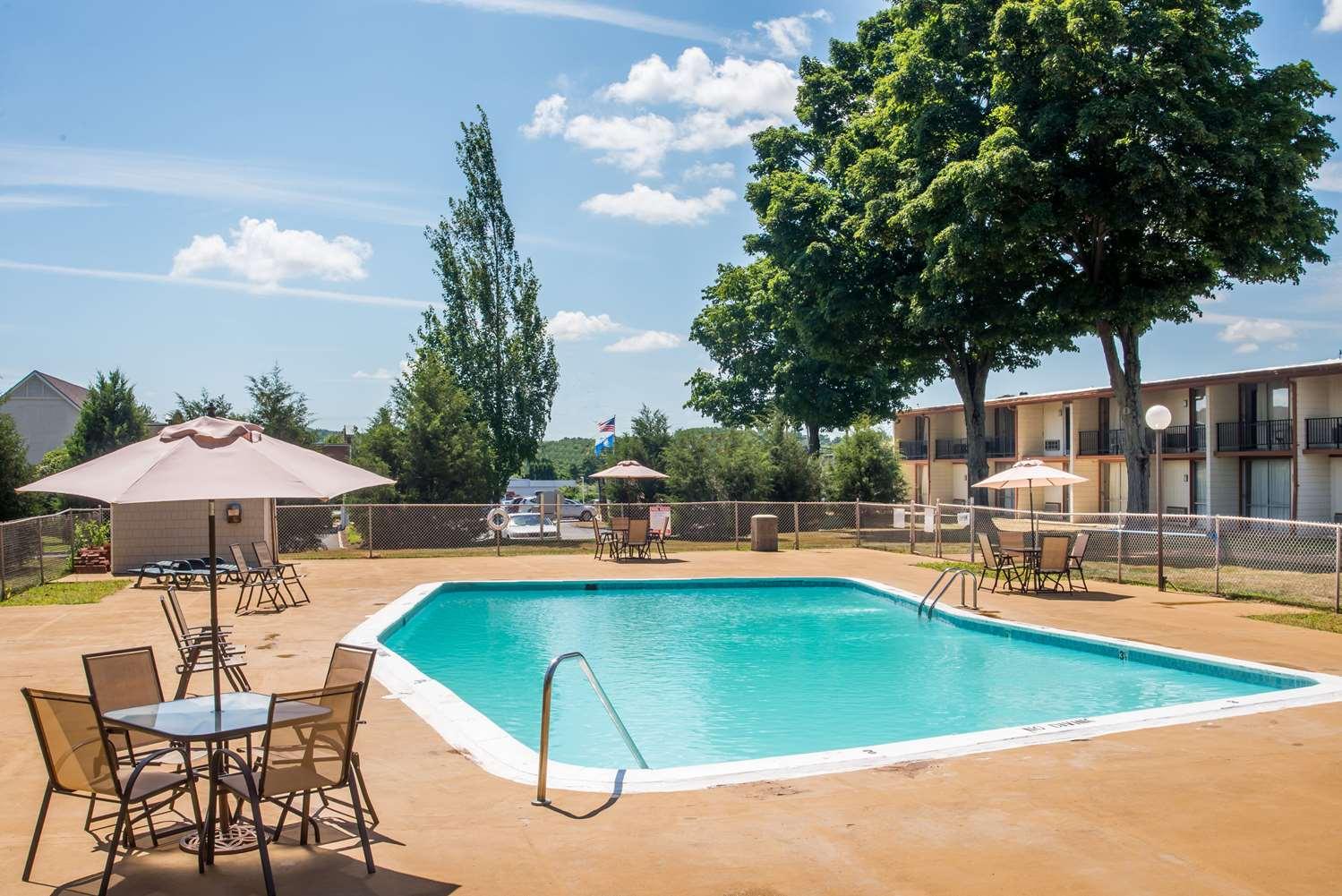 Pool - Days Inn Vernon