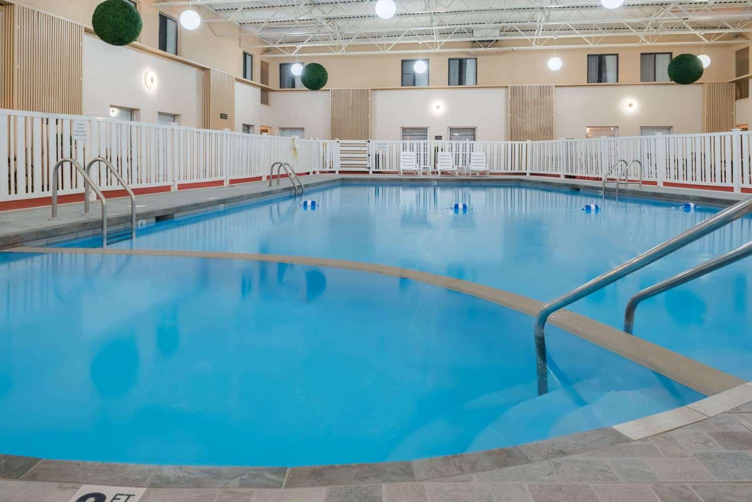 Pool - Ramada Inn Grand Forks