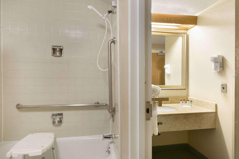 Room - Ramada Inn Blue Ridge Raleigh