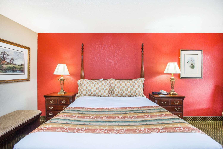 Room - Ramada Inn Cordele