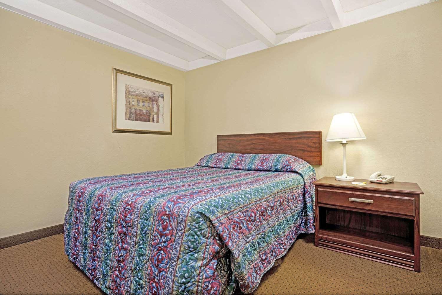 Room - Days Inn West Bloomington