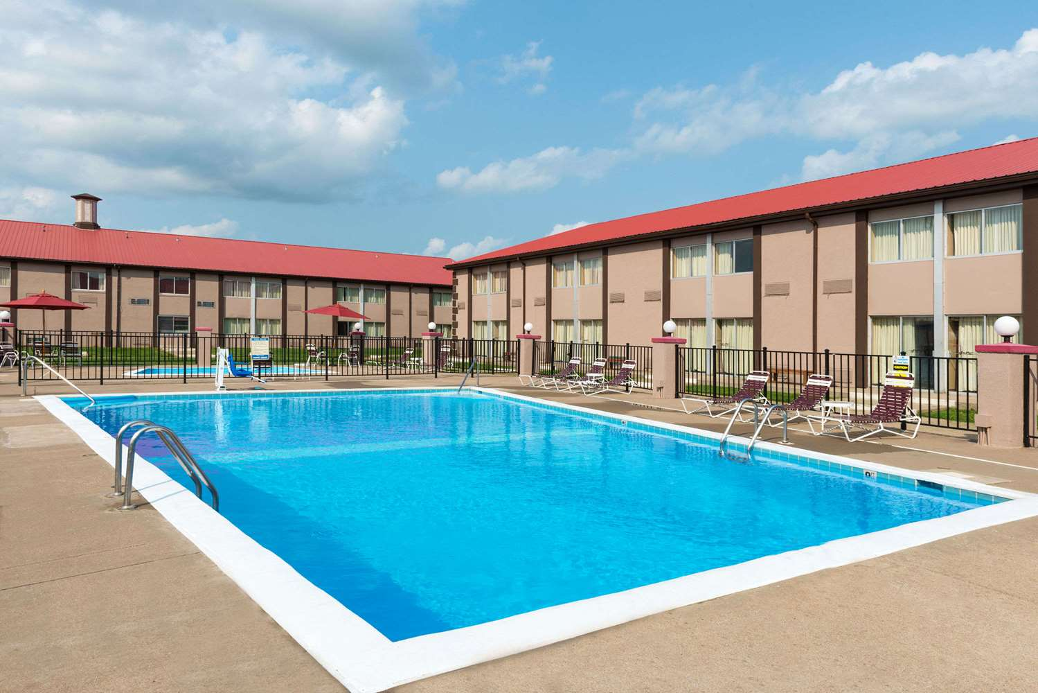Pool - Ramada Inn Bowling Green