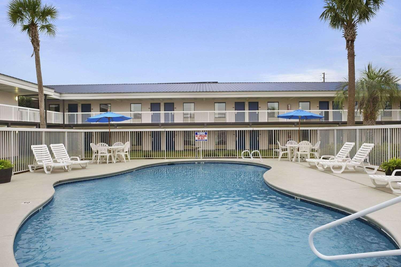 Pool - Howard Johnson Inn Valdosta
