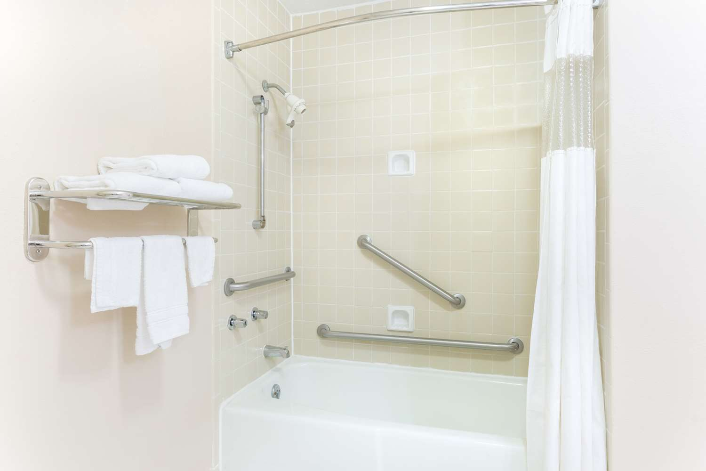 Room - Baymont Inn & Suites Port Arthur