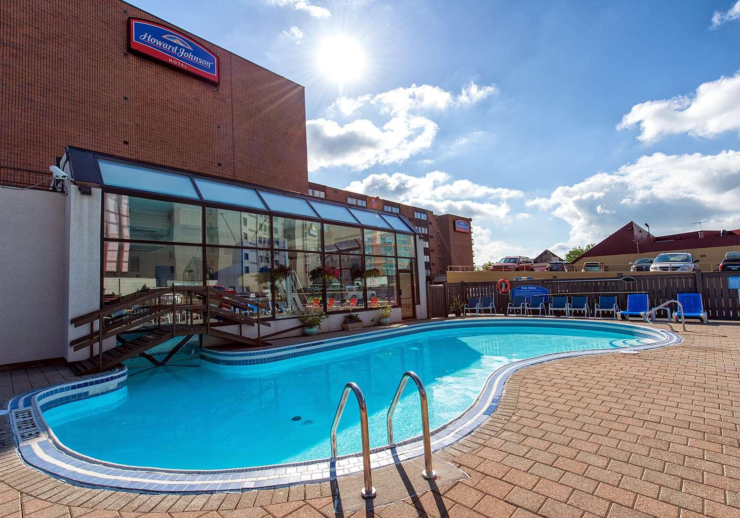 Pool - Howard Johnson Hotel Niagara Falls