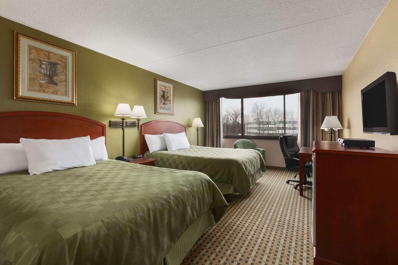 Room - Ramada Inn Rochelle Park